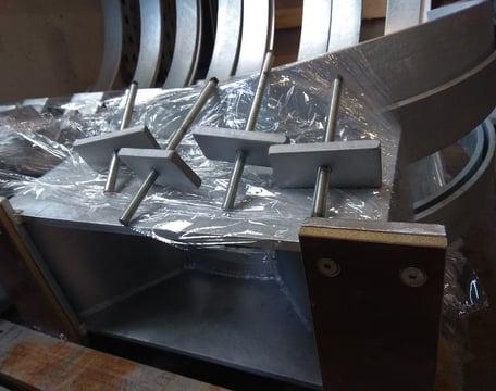 Płyty ślizgowe w elemencie bazowym wykonane z tekstolitu